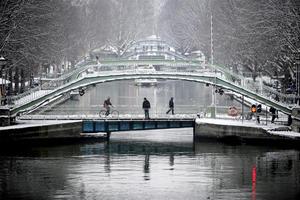 Parisinos y turistas han observado la nevada sobre el Canal de Saint Martin.