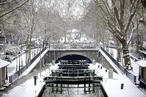En París se esperan lluvias, que al contacto con el suelo congelado formarán una peligrosa película de hielo en las carreteras, en particular en el noreste de Francia.
