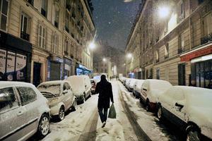 Las calles de París se han cubierto de nieve tras la tormenta invernal que ha afectado a Francia.