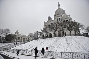 Los principales atractivos de la capital francesa lucieron cubiertos de nieve ante la tormenta invernal.