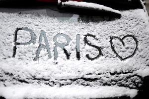 """Los servicios meteorológicos franceses han puesto 52 departamentos, la mitad del país, en """"alerta naranja"""" por nieve y hielo, con una advertencia particular por los fenómenos de lluvia que corre el riesgo de congelarse al contacto con el suelo helado."""