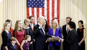 Primeramente el vicepresidente Joe Biden rindió juramento para su segundo período rodeado de su familia y amigos durante una ceremonia breve en el Observatorio Naval, su residencia oficial en el noroeste de Washington.