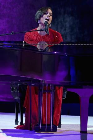 El baile presidencial de investidura congregó en un gigantesco salón del Centro de Convenciones de Washington a varios miles de invitados, que disfrutaron previamente del ritmo de los mexicanos Maná, de la cantante Alicia Keys o de el grupo Fun.