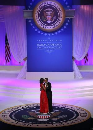 """Barack Obama, y su esposa Michelle pusieron el broche a su fiesta de investidura con un baile a ritmo de """"soul"""" lleno de guiños de complicidad entre ambos y que cerró a una jornada que para el mandatario demuestra """"la majestuosidad de nuestra democracia""""."""