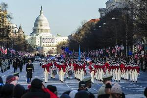 Miles de personas esperaron este lunes apostadas en las gradas que llevan instaladas desde hace semanas a lo largo de la Avenida Pensilvania, en Washington, para un desfile que comenzó con más de una hora de retraso.