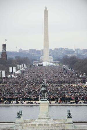El festejo por la toma de posesión del lunes se extendió a toda la capital, con un jubiloso desfile por la Avenida Pensilvania y dos fiestas de gala que se realizaron más tarde.