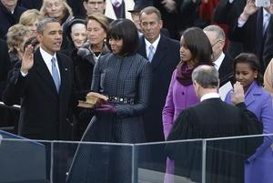 El mandatario utilizó la Biblia que perteneció a King, junto con una segunda que fue de Abraham Lincoln. Obama hizo además una pausa dentro de la Rotonda del Capitolio para mirar la estatua de bronce de King.