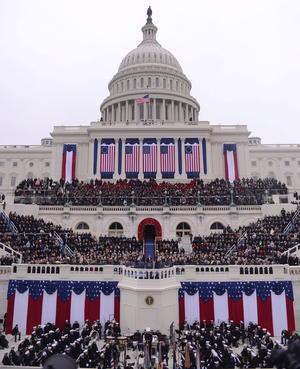 """De pie ante el Capitolio, el presidente imploró a Washington encontrar un terreno común para sus siguientes cuatro años. Buscando aprovechar el apoyo público que lo catapultó a la Casa Blanca dos veces, Obama dijo que la ciudadanía """"tiene la obligación de dar forma a los debates de nuestro tiempo""""."""