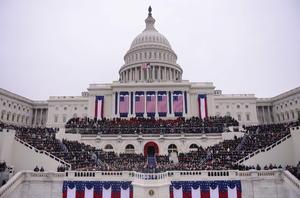 El presidente Barack Obama dio inicio a su segundo mandato ante miles de personas congregadas en el complejo de monumentos de Washington, donde exhortó a la nación a iniciar el rumbo hacia la prosperidad y libertad para todos los ciudadanos, así como proteger la red de asistencia social que ha amparado a los pobres, ancianos y necesitados.