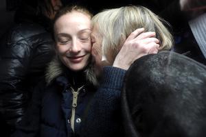 """""""Estoy muy muy contenta. Siento una gran emoción"""", declaró Cassez al llegar a París en donde fue recibida por el canciller galo Laurent Fabius, su mamá y su hermano, al que abrazó por largo tiempo."""