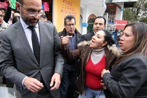 El abogado de Florence Cassez,Agustín Acosta, fue  increpado por familiares de los secuestrados.