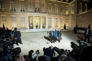 El presidente de Francia, Francois Hollande, recibió en el Palacio del Elíseo a su compatriota Florence Cassez, quien regresó a su país luego de ser liberada de una prisión en México.