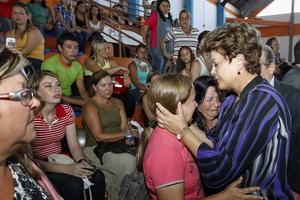 La presidenta brasileña, Dilma Rousseff, visitó Santa María en la tarde del domingo, ciudad del sur del país en la que se encontraba la discoteca Kiss.