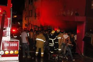 El fuego causó pánico y la evacuación de los asistentes se complicó debidos a que únicamente había una salida de emergencia que fue insuficiente para desalojar a varias centenas de personas al mismo tiempo.