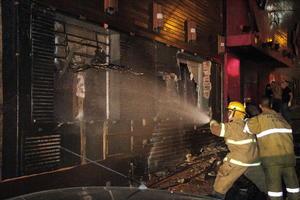 Según los primeros informes, el incendio comenzó en el techo de la discoteca a consecuencia de un petardo arrojado por la banda de música que tocaba en ese momento, y que prendió la espuma de aislamiento acústico que envolvía el escenario.
