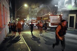 El fuego inició en torno a las 2:00 horas locales de este domingo, lo que provocó que la mayoría de las víctimas muriera por asfixia.