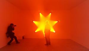 El ánimo de la exposición es explorar las características de la luz como experiencia y fenómeno con obras que la utilizan para esculpir y dar forma al espacio de diferentes maneras.