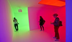 """También forma parte de la exposición el venezolano Carlos Cruz-Díez con su instalación """"Chromosaturation"""", iniciada en 1965 y que reproduce entornos artificiales donde una luz coloreada se proyecta sobre los visitantes."""