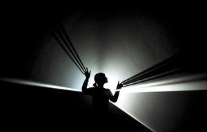 La luz concebida como material para fabricar obras de arte centra la nueva exposición de la galería Hayward de Londres, que reúne esculturas e instalaciones artísticas de 22 artistas de distintas nacionalidades.
