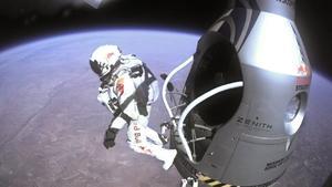 Fotografía que muestra al deportista extremo Felix Baumgartner en el momento de saltar desde la cápsula en la estratosfera. Baumgartner rompió la barrera del sonido a una velocidad mayor de la prevista en su salto estratosférico, según los datos revelados hoy por el equipo científico de la misión Red Bull Stratos. De esta forma, la velocidad máxima de Baumgartner fue de 1.357,6 kilómetros por hora, o Mach 1.25, mientras que la información previa apuntaba que descendió a un máximo de 1.342,8 km/h, o Mach 1,24. También se ha corregido a la baja la altura desde la que se lanzó en la estratosfera, si inicialmente se estimó que fueron 39.045 metros, los cálculos definitivos establecen el salto en 38.969,4 metros.