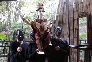 El teatro tailandés con marionetas es una forma de expresión artística cuya vida pende de un delgado hilo en una sociedad que se despega de sus tradiciones y convierte a los centros comerciales en el eje de su ocio. En un modesto local situado en un angosto callejón atravesado por un canal del barrio viejo de Bangkok, la compañía Kum Nai realiza durante la semana varias funciones de teatro con títeres, algunos de ellos de hasta un metro de altura, por lo que para manejarlos bien son necesarias tres personas.