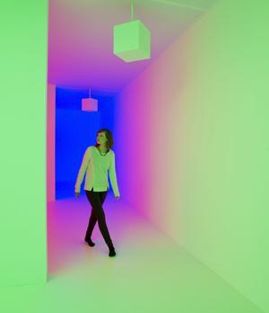 """Una empleada de la galería posa para los fotógrafos en la obra """"Chromosaturation"""" (1965-2008), del artista Carlos Cruz Diezl, en la galería Hayward de Londres (Reino Unido) durante la presentación de la exposición """"Light Show"""". La muestra reúne 25 instalaciones artísticas y esculturas en las que prima la iluminación creadas por importantes artistas internacional desde los años 60 hasta la actualidad. La exposición se inaugurará el 30 de enero y permanecerá abierta al público hasta el próximo 28 de abril."""