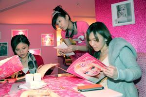 Una mesera toma una orden de los clientes del primer restaurante mundial de Barbie, llamado Barbie Café en Taipei, Taiwan. Ltd, quien abrió el restaurante, explica que tiene planes de abrir más Barbie Cafés dentro y fuera de Taiwan, la primer ciudad a la que desea abrirlo es Shangai, China.