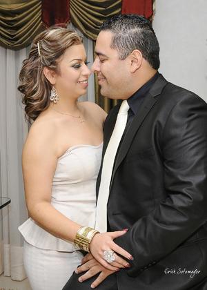 Los contrayentes muy felices el día de su matrimonio civil.