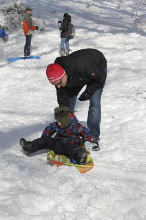 Tras la tormenta, familias han salido a jugar en la nieve.