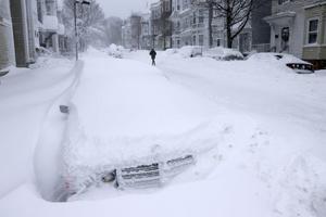 Los trabajadores municipales desde Nueva York hasta Boston trabajaron  en comunidades cubiertas de nieve, donde algunos automovilistas debieron ser rescatados después de pasar horas atascados en la oscuridad.