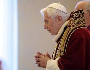 """""""Os he convocado a este Consistorio, no sólo para las tres causas de canonización, sino también para comunicaros una decisión de gran importancia para la vida de la Iglesia"""", dijo el obispo de Roma, de 85 años de edad, en latín."""
