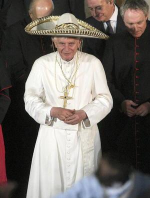 El papa Benedicto XVI, fue despedido con mariachi tras una cálida visita a México.