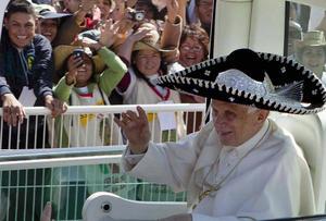 El papa respondió desde el papamóvil saludando a diestra y siniestra y haciendo un guiño desde el primer momento a la gente cubriéndose con un sombrero negro de charro con adornos plateados durante su visita a Guanajuato.