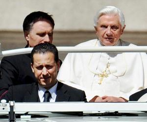 Benedicto XVI cargó con el peso doloroso de la traición de uno de sus colaboradores más cercanos: su propio mayordomo, quien fue hallado culpable por un tribunal del Vaticano de robar documentos personales del pontífice para dárselos a un periodista, una de las filtraciones de seguridad papal más graves de los tiempos modernos.