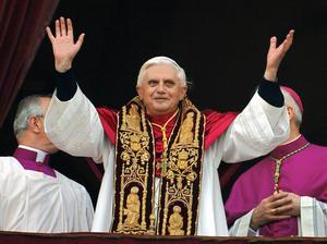 El 19 de abril de 2005, Benedicto XVI apareció en el balcón del palacio apostólico para dar su primer saludo y bendición a la ciudad y al mundo, palabras que aprovechó para recordar a su antecesor Juan Pablo II.