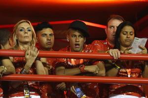 El futbolista Neymar asistió a disfrutar del carnaval de Río de Janeiro.