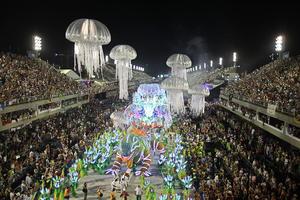Los desfiles de las escuelas de samba, cada una con hasta 5,000 integrantes y reforzadas por carrozas alegóricas y enormes orquestas, son considerados la principal atracción del carnaval de Río y el mayor espectáculo del mundo al aire libre.