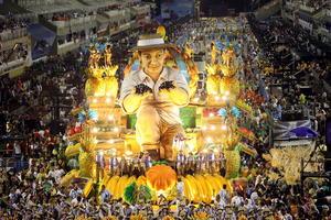 Escuelas de samba se lucieron con llamativas carrozas en  el Carnaval de Río de Janeiro.