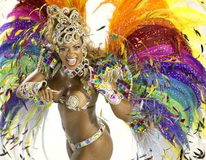 Las esculturales bailarinas deleitan las miradas de miles de turistas que acuden al Carnaval de Río de Janeiro.