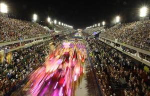 Más allá de las juergas que corren sueltas en todas las ciudades y pueblos del país, las miradas de la mayoría de los brasileños se dirigieron al Sambódromo de Río de Janeiro, donde la primera noche de desfiles de las escuelas de samba concluyó casi con los primeros rayos del sol.