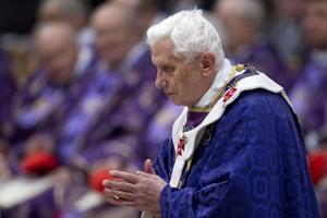 """Concluida la misa, Bertone expresó a Benedicto XVI la """"tristeza"""" de la Iglesia por su renuncia al pontificado, una decisión, dijo, que demuestra """"su pureza de corazón, su humildad, docilidad y valentía""""."""