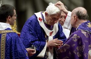 Tras la homilía, el cardenal Angelo Comastri, arcipreste de la basílica de San Pedro, impuso las cenizas al papa.