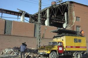 Servicios de emergencia trabajan en un edificio en el que se ha derrumbado uno de los muros y el tejado tras el impacto de un meteorito. (EFE)