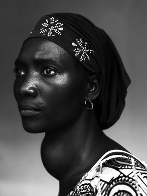 """Imagen del fotógrafo belga Stephan Vanfleteren el 17 de octubre de 2012 en Conakry (Guinea) que ha ganado el primer premio en la categoría de """"Gente - Retratos"""".  La imagen muestra a Makone Soumaoro, de 30 años, que tiene bocio."""