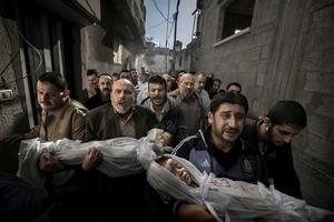Primer lugar del premio World Press Photo of the Year 2012 de la 56ª edición del concurso World Press Photo, del fotógrafo sueco Paul Hansen.   En la fotografía aparecen Suhaib Hijazi, de 2 años, y su hermano Muhammad, de 3 años, que murieron al impactar un misil contra su casa durante un ataque aéreo israelí.