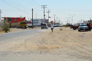 Sin transporte público. Son más de seis cuadras las que tienen que caminar los colonos para tomar la ruta de transporte público.