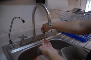 """Con horario. Los colonos sobreviven con la poca agua que el Simas Rural les """"presta"""" de 9 de la mañana a 2 de la tarde, y de 5 de la tarde a 9 de la noche; el resto del día no hay agua."""