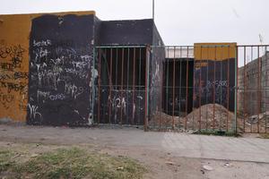 Vandalismo. Los vándalos saquean las casas solas; se roban puertas, tazas de baño, cable, ventanas y hasta el piso.