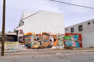 Grafiti. La falta de vigilancia ha provocado que los vándalos grafité en paredes de viviendas.