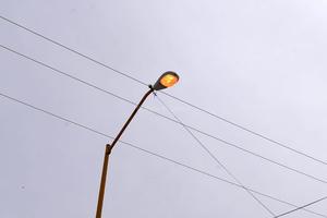 Fallan luminarias. La mitad de las luminarias encienden en el día y por la noche se apagan y la otra mitad siempre fallan.